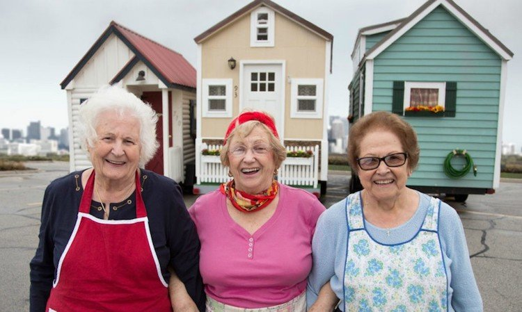 3 dames met hun tiny-homes-senior-living-7