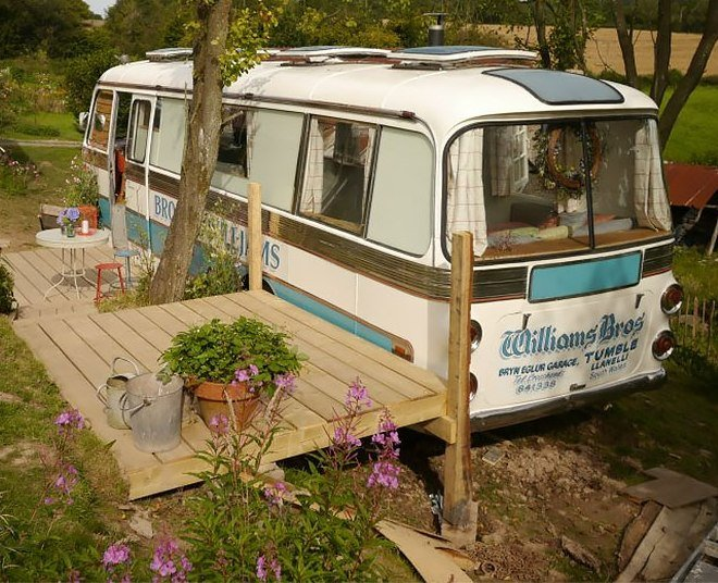 zzzOld-school-bus-converted-into-a-space-living.st